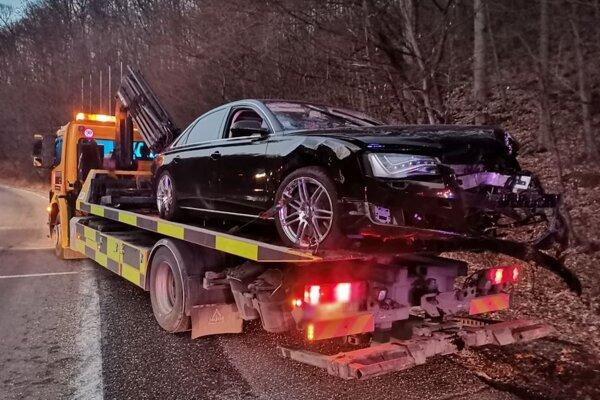 Na ceste medzi Pezinkom a Pezinskou babou zišlo vozidlo Audi A8 mimo vozovku a prevrátilo sa.