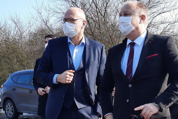 Šéf rezortu hospodárstva Richard Sulík s konateľom štátnej firmy MH Invest Borisom Kačánim počas obhliadky pozemkov, na ktorých vyrastie štátny priemyselný park.