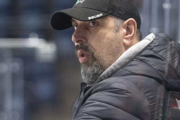 Tréner Martin Hrnčár nemá problém trénovať mladých hráčov spolu sdospelými.