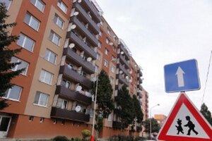 Bytovka na Kalinčiankovej. Mesto v nej má niekoľko bytov, predať odmieta len jednoizbové.