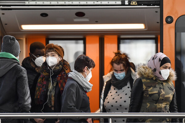 Ľudia vystupujú z vlaku na stanici v Duisburgu. Ilustračná fotografia.