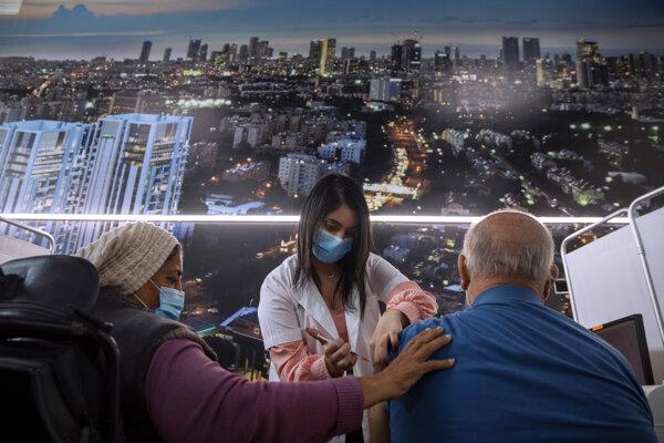 Očkovanie proti ochoreniu COVID-19 v izraelskom Tel Avive.