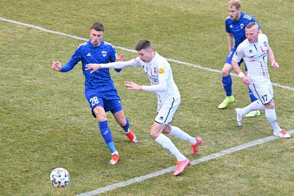 Krídelník Zlatých Moraviec David Hrnčár (druhý zľava) bol v Nitre jednou z ústredných postáv 31. ligového regionálneho derby.