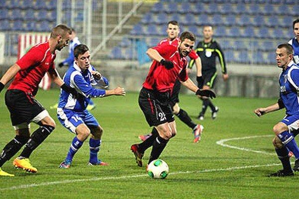 Futbalisti Šale v piatok prehrali v Senci. V modrých dresoch Kochan a Ďatko (vpravo).