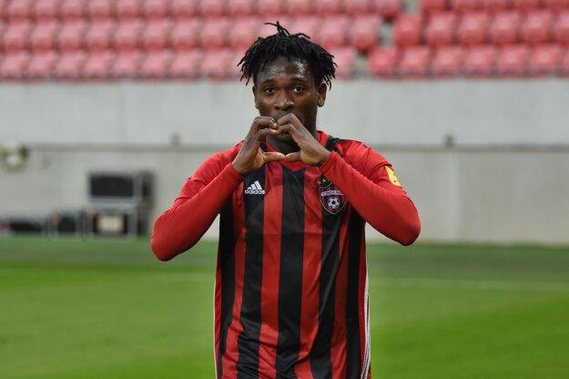 Nigérijský stredopoliar Trnavy Bamidele Yusuf oslavuje svoj gól v zápase 21. kola Fortuna ligy vo futbale FC Spartak Trnava - MŠK Žilina