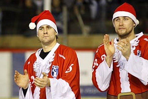 Záverečný potlesk si hokejisti užívali v mikulášskych čiapkach.