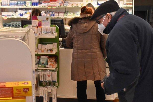 Počty zákazníkov v lekárniach rastú, v niektorých prípadoch rastie aj napätie pri nákupoch.