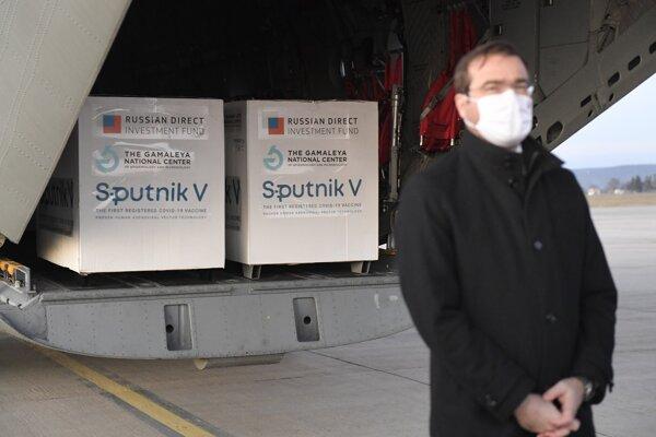Minister zdravotníctva Marek Krajčí (OĽaNO) pózuje pri prvej dodávke ruských vakcín Sputnik V na Slovensko.