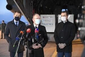 Premiér Igor Matovič (vľavo), infektológ Pavol Jarčuška a minister zdravotníctva Marek Krajčí na košickom letisku po privezení prvej várky ruskej vakcíny Sputnik V.