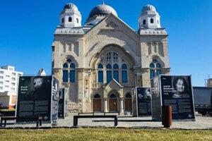 Výstava s názvom Po 2. svetovej vojne je nainštalovaná na priestranstve pred hlavným vchodom do synagógy.