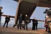 Premiér a minister zdravotníctva vítali príchod ruskej vakcíny na košickom letisku.