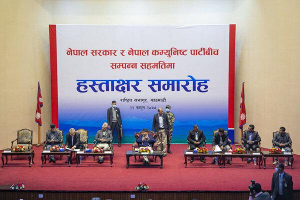 Nepálska vláda a povstalci podpísali mierovú zmluvu.
