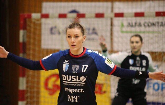 V popredí Martina Tulipánová, za ňou brankárka Soňa Furgaláková.