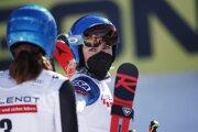 Mikaela Shiffrinová sa díva na Petru Vlhovú po obrovskom slalome.