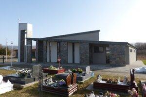 Nový dom smútku stojí bližšie ku kostolu.