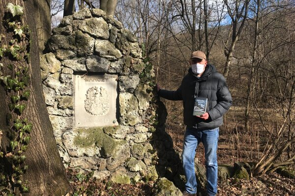Historik V. Sklenka pri hrobke rodiny Bárczyovcov