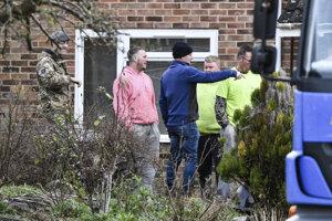Sťahovači a vojenskí pracovníci pred domom bývalého dvojitého agenta Sergeja Skripaľa. Fotka je z 8. januára 2019. Vtedy ešte úrady zvažovali, že dom po Skripaľovi nechajú zbúrať.