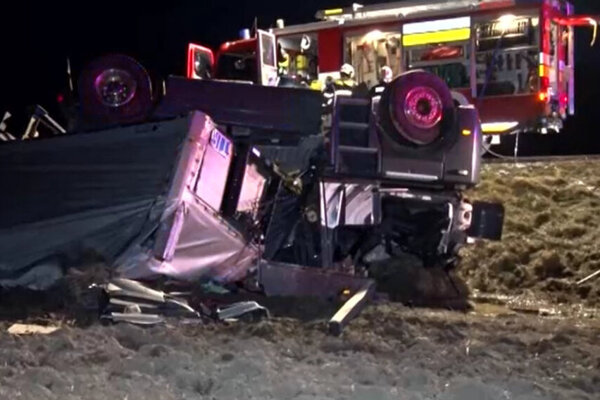 V prevrátenom kamióne vyhasol život mladého vodiča.