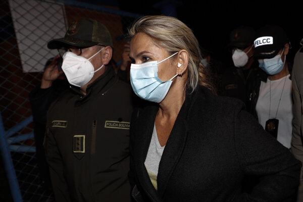Exprezidentka Bolívie Jeanine Áňezová v eskorte polície