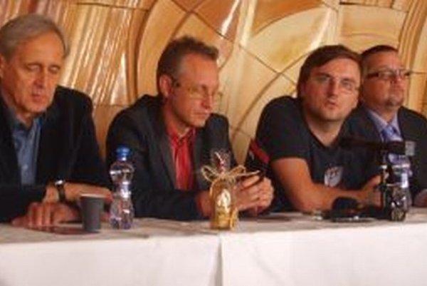 Premiéry novej sezóny predstavili dramaturgovia divadla Svetozár Sprušanský a Daniel Majling (obaja v strede).