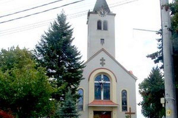 Kostol v Nevidzanoch. Podľa polície mal kňaz dievča obťažovať v sakristii aj na fare.