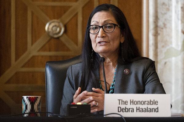 Senát potvrdil Indiánku Haalandovú vo funkcii ministerky vnútra.