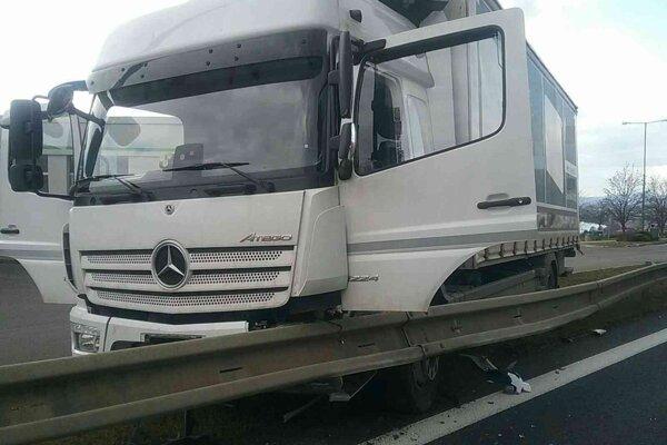 Dopravná nehoda na diaľnici D1 pri Trenčíne.