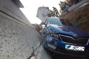 Auto, ktoré viedol poriadne opitý vodič, zastavil rodinný dom.