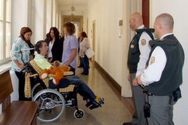 Šimon Buch bol dnes na súde prítomný po prvý raz od začatia súdneho sporu.