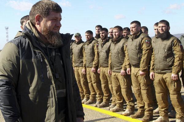 Čečenský regionálny vodca Ramzan Kadyrov kontroluje jednotky pred odchodom na cvičenia.