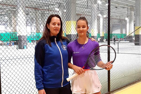 Andrea Hradecká s dcérou Luciou v tréningovom centre v Istanbule. Je tam 23 vnútorných kurtov a 50 otvorených.