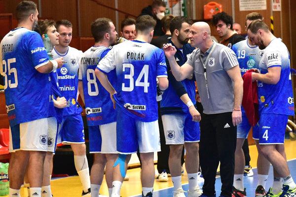 Tréner Šale Michal Lukačín v debate so svojimi zverencami.