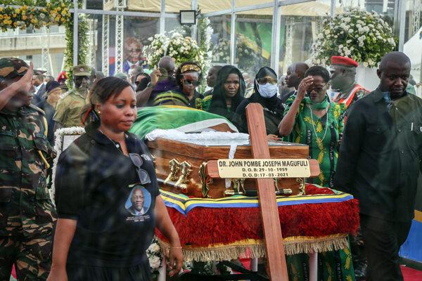 Ľudia sa prišli pozrieť na verejne vystavené telo zosnulého tanzánijského prezidenta Johna Magufuliho na štadión v najväčšiom meste Dar es Salaam.
