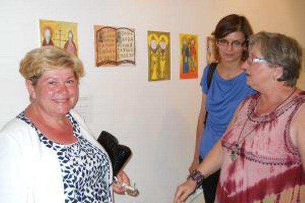 Výstava detských prác v Nitrianskej galérii. Vľavo riaditeľka DMS v Nitre Mária Miháliková.