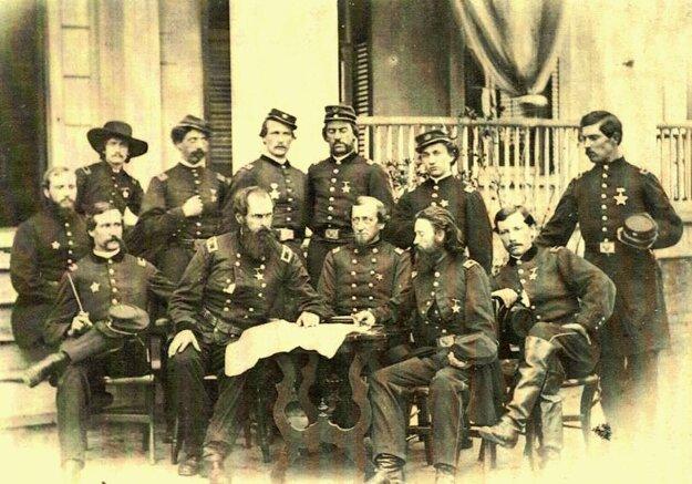 Dôstojníci 28. pennsylvánskeho pešieho pluku. Korponay v prvom rade druhý sprava.