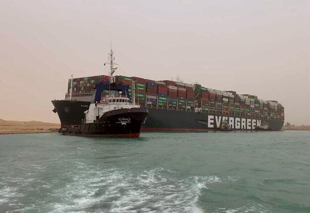 Ever Given bola priečne zakliesnená v Suezskom prieplave a blokovala premávku v oboch smeroch na jednej z najrušnejších námorných trás na svete.