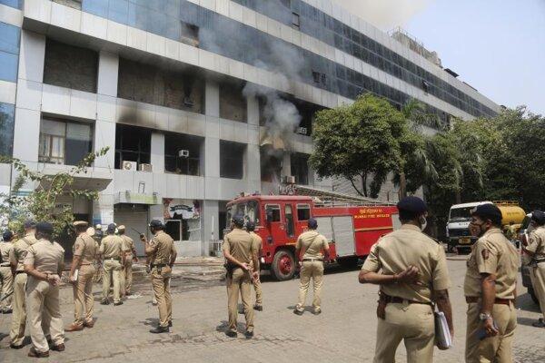 Požiarom poškodená nemocnica v Bombaji. Udalosť si vyžiadala obete.
