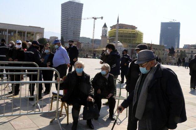 Ľudia nad 70 rokov čakajú v rade na očkovanie v albánskej Tirane.