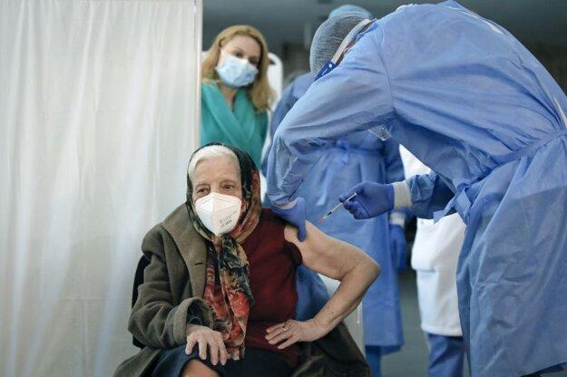 Stoštyriročná Rumunka Zoea Baltagová  dostáva druhú dávku vakcíny proti ochoreniu COVID-19 od spoločností Pfizer /Biontech v Bukurešti v nedeľu 28. marca 2021. Stala sa tak najstaršou osobou v rumunskom hlavnom meste Bukurešť, ktorá je úplne zaočkovaná. Zoea Baltagová, narodená v roku 1916, prišla na očkovanie do bukureštského Detského paláca v sprievode členov rodiny.