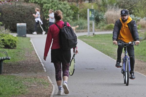 Ľudia v parku počas prvého dňa uvoľnenia protipandemických opatrení.