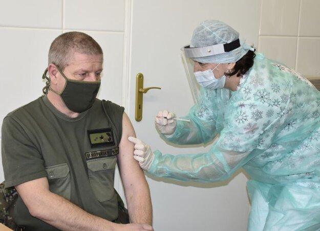 Riaditeľ vojenskej nemocnice v Ružomberku Vladimír Lengvarský počas očkovania proti koronavírusu 11. januára 2021.