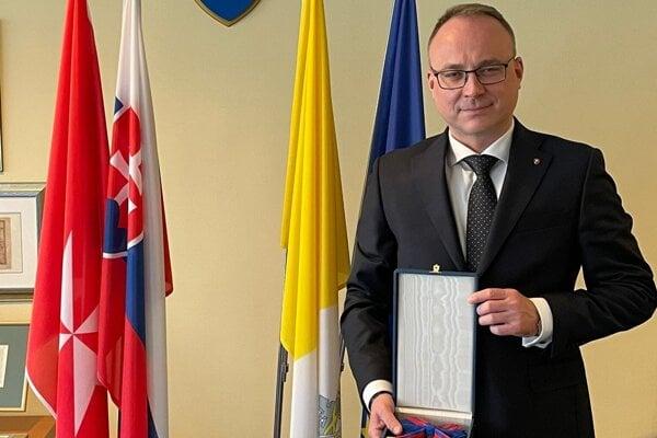 Pápež udelením tohto vyznamenania ocenil doterajšie zásluhy a pôsobenie veľvyslanca Slovenskej republiky pri Svätej stolici.