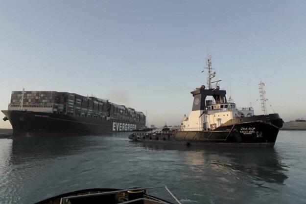 Vlečné plavidlo ťahá nákladnú loď.