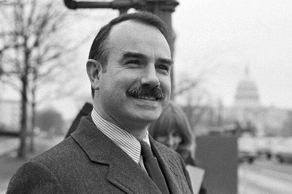 Gordon Liddy figuroval v škandále Watergate ako hlavný pracovník oddelenia inštalatérov v Bielom dome .