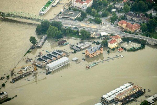 Rozvodnený Dunaj. V Komárne narobil problémy aj zariadeniu s mentálne chorými pacientkami, ktoré spravuje nitrianska župa.