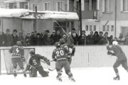 Hokejový zápas vTrstenej na sídlisku Západ 19. marca 1986. Aktérmi zápasu bola Tesla Nižná aSignál Pucov. Brankár Jozef Žákovič inkasuje gól.