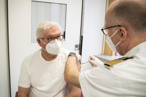 Nemecký prezident Frank-Walter Steinmeier dostáva vakcínu proti ochoreniu COVID-19 od spoločnosti AstraZeneca.