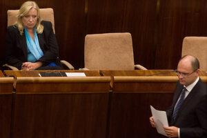 11. október 2011, Bratislava. Premiérka Iveta Radičová počas vystúpenia predsedu SaS Richarda Sulíka v NR SR pred hlasovaním o navýšení eurovalu.