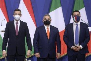 Predseda maďarskej vlády a predseda vládnej strany Fidesz Viktor Orbán (v strede), predseda talianskej ultrapravicovej strany Liga Severu Matteo Salvini (vpravo) a poľský premiér Mateusz Morawiecki počas stretnutia v Budapešti.