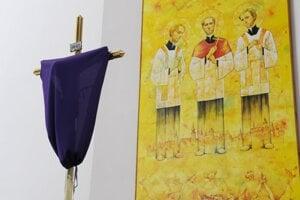 Zahalený kríž počas veľkonočných sviatkov.